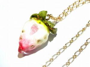 かじりかけの白い苺 ネックレス (ゴールドチェーン)【Wadou-koubou/和道工房】