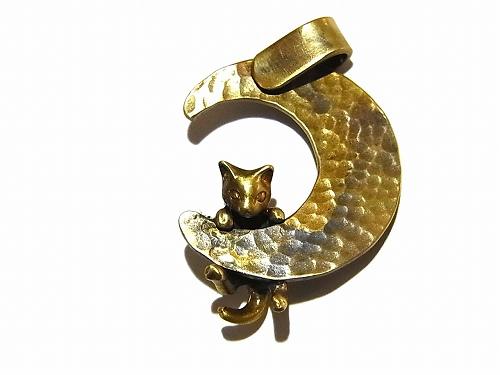 ブラッドムーンと猫 ペンダントトップ【 林檎屋 】真鍮 アクセサリー