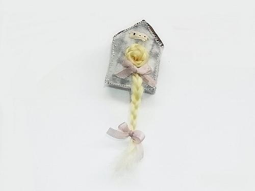 屋根小屋の中のラプンツェル ブローチ (ブロンド)【nikibbit/ニキビット】ハンドメイド 作家